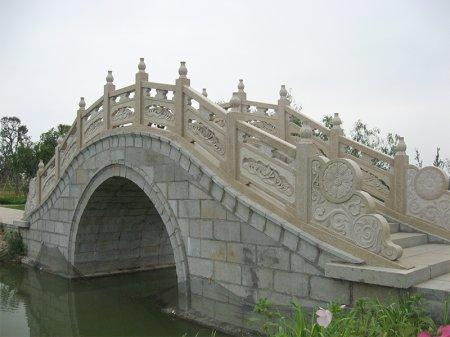 公園花崗岩拱橋石欄板(ban)安裝(zhuang)施工案例(li)