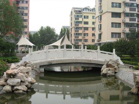 小區花園石拱橋欄板(ban)安裝(zhuang)案例(li)