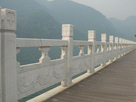風景區漢白玉鏤(lou)空橋面(mian)石欄板(ban)